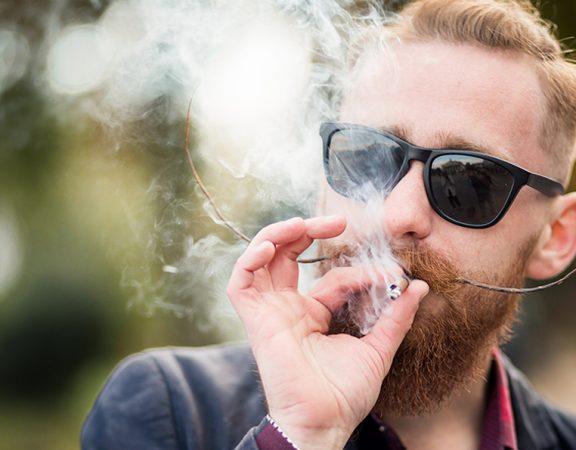 É comprovado que fumar é um fator de risco bem estabelecido para o desenvolvimento de câncer, problemas respiratórios e doenças cardíacas. O que muitos não sabem, entretanto, é que o tabagismo pode ser prejudicial para os fios capilares. No artigo de hoje, explicarei os males do cigarro para os cabelos.